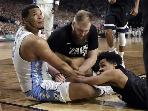 North Carolina's Kennedy Meeks (3), tg24n= and Silas Melson battle for a loose ball during the second half in the finals of the Final Four NCAA college basketball tournament, Monday, April 3, 2017, in Glendale, Ariz. (AP Photo/David J. Phillip)
